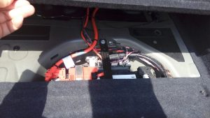 BMWのトランク内のバッテリー